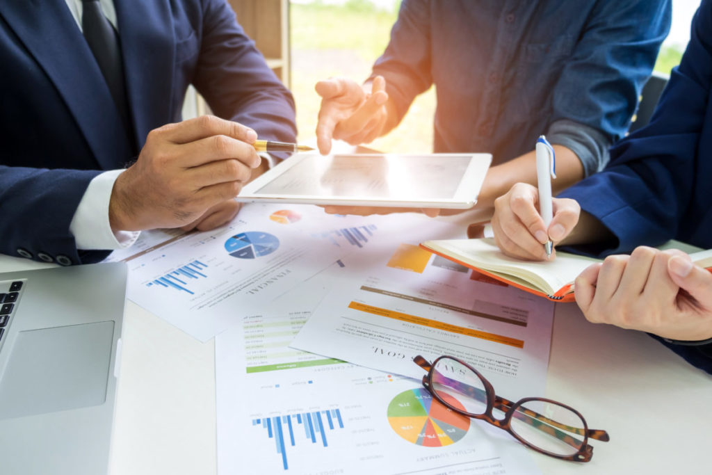 データ分析するビジネスマンたち