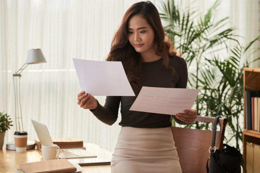 書類を比較する女性