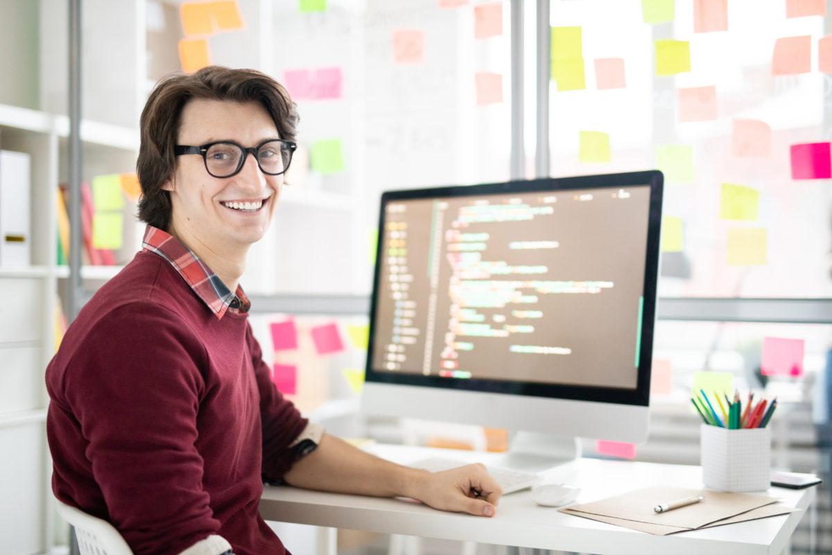パソコンでプログラミング学習をする男性