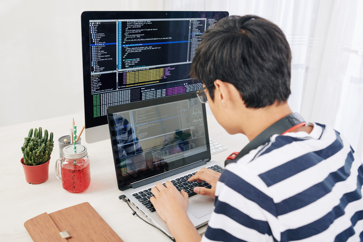 プログラミングする若者