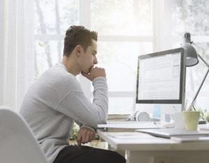 在宅でパソコンに向き合う男性